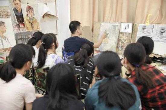 色彩主教杨老师为同学们做示范讲解1
