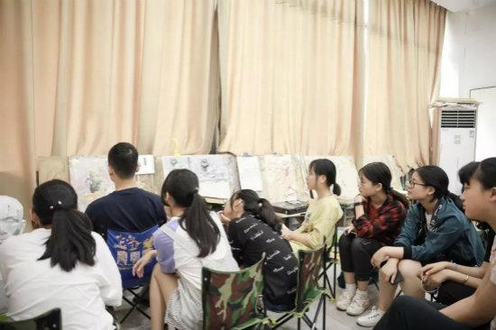 色彩主教杨老师为同学们做示范讲解3